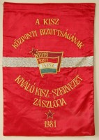 276. A KISZ Központi Bizottságának kiváló KISZ-szervezet zászlója 1981. [Közepes méretű zászló.]<br><br>[Flag of the KISZ (Hungarian Young Communist League) Central Committee's excellent KISZ organization, 1981.] [Medium-sized flag.]