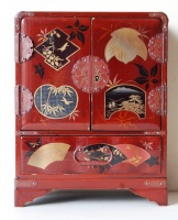 264.   Vintage japanese lacquer jewelry box with characteristic motifs on the top and round sideways. :