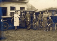 009.   [Autószerelő műhely az 1920-as évekből]. [amatőr fotó]<br><br>[Car mechanic workshop from the1920s]. [amateur photo] :
