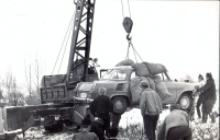 112.   [Skoda 1000 MB műszaki mentése]. [2 db amatőr fotó]<br><br>[Technical rescue of a Skoda 1000 MB]. [2 pcs amateur photos] :